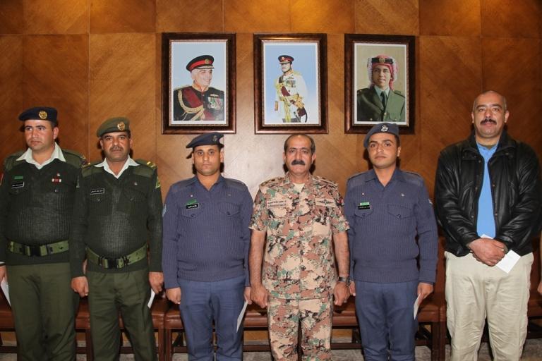 المفتش العام للقوات المسلحة الأردنية – الجيش العربي يكرم عدد من ضباط الصف المميزين